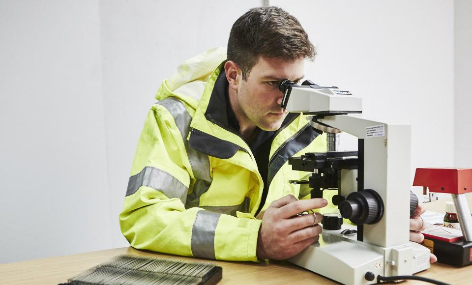 Analyst testing for asbestos